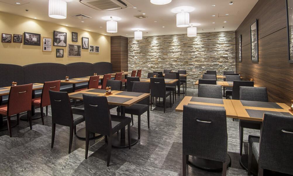 ステーキ&ハンバーグレストラン「リバージュ」の写真 個室空間にもなるテーブル席